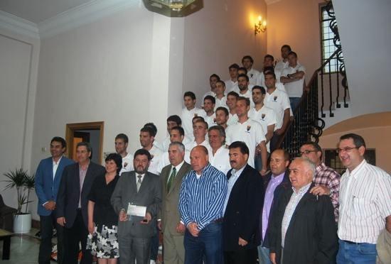 Los jugadores y directiva del CD Teruel, en la DPT