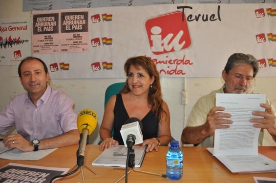 De izda. a dcha, Luis A.Romero, Amor Pascual y A.Barrena, esta tarde en la sede turolense de IU