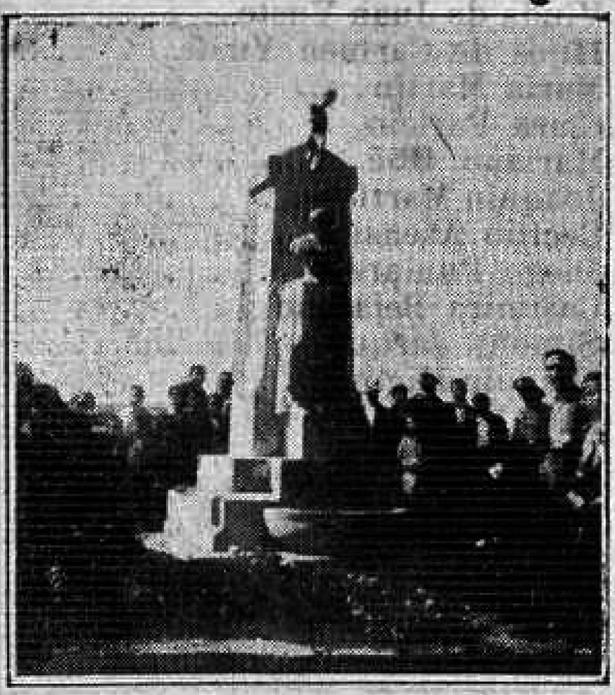 El público contempla el monumento a Torán el día de su inauguración, en 1935 (Biblioteca Virtual de Aragón).