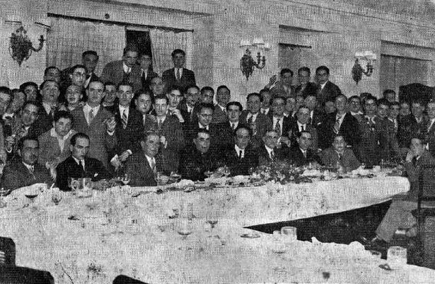 """): El denominado """"Rapid Sporting Club Turolense"""" fue el artífice del campo de fútbol del Ensanche en 1934. En la foto, jugadores, directivos y aficionados, en un banquete con el que fueron obsequiados en Madrid (Biblioteca Virtual de Aragón)."""