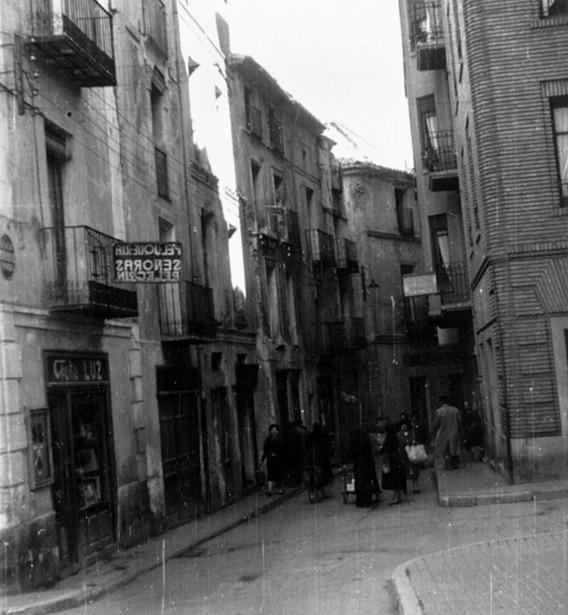 Los vecinos de la calle de San Juan acordaron en 1890 sufragar ellos mismos un vigilante nocturno. En la foto, aspecto de dicha calle antes de la guerra civil (Colección de Jesús Marco).