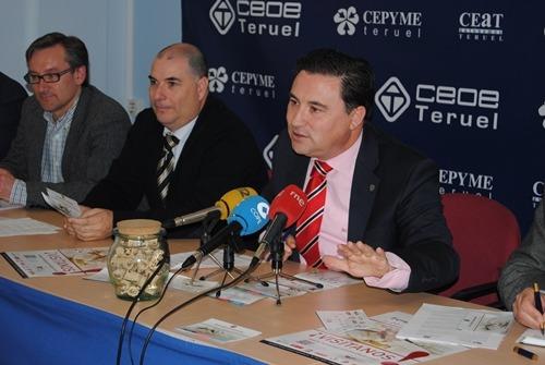 Juan Ciércoles, presidente de la ASociación Teruel Empresarios Turísticos, durante la presentación del programa, el pasado miércoles en la sede de Teruel Empresarios Turísticos, en la que se puede apreciar una simbólica urna de corchos en referencia al concurso