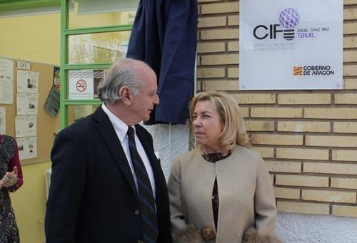 La Consejera Serrat y el hijo del diplomático homenajeado, delante de la placa que da nombre al CIFE