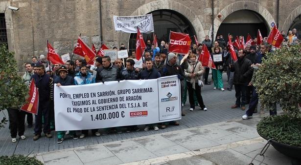 Los trabajadores de Sarrimad, esta mañana ante la Delegación del Gobierno de Aragón en Teruel