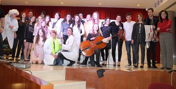 Foto de familia de los participantes en el espectáculo y autoridades
