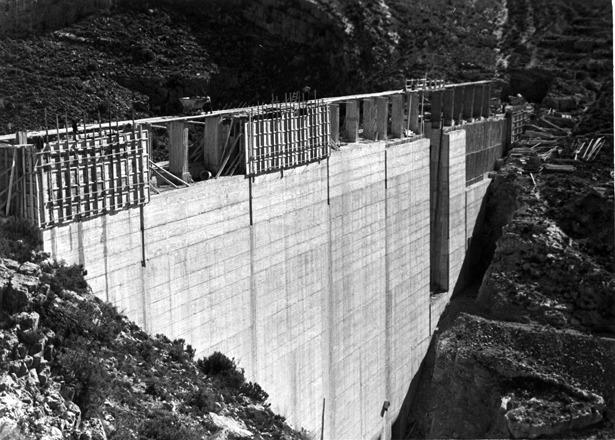 En 1958, el Ayuntamiento aprobó un proyecto para traer el agua potable desde el embalse del arquillo de San Blas, que todavía estaba en construcción.
