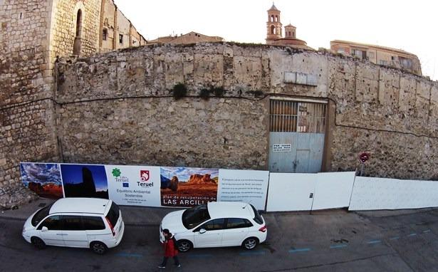 En la imagen, tomada desde el DronEco, podemos ver los paneles informativos que se están instalando en la zona junto a la Muralla