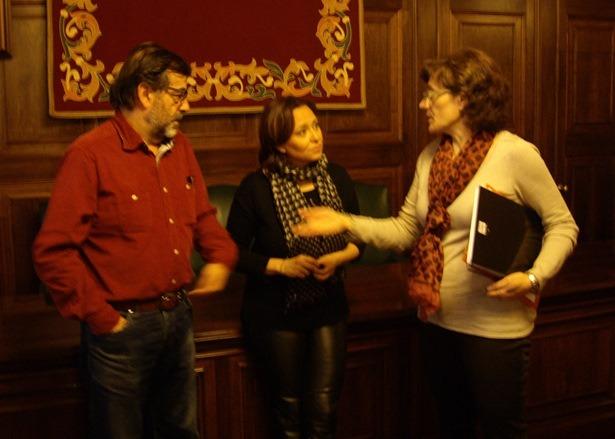 En la imagen, de izquierda a derecha, Paco Martín (CHA), Maite Pérez(PSOE) y Carmen Tortajada(IU)