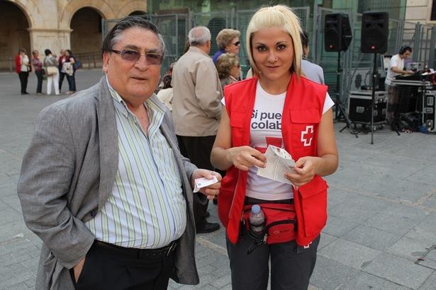 En la imagen de archivo , una voluntaria vende unos números al presidente Regional de Cruz Roja, Vidal Muñoz