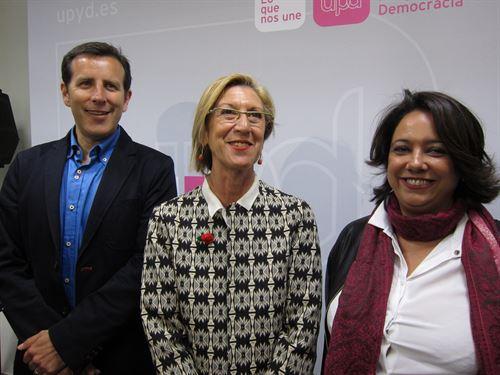 Rosa Díez, en el centro, flanquedada por Carlos Aparicio, y la abogada Irene Romea, entre otros representantes de la formación en la Comunidad.