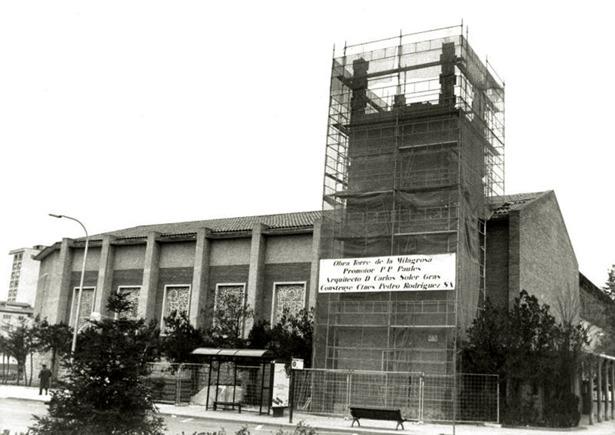 En 1962 se colocó la primera piedra de la iglesia de la Milagrosa; la torre –cuyas obras reflejan la fotografía- se terminó unos años después.