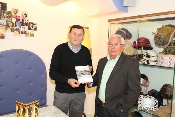Nuestro compañero Aniceto Blasco, a la derecha, con el autor del libro,Manuel Pascual