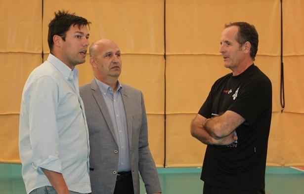 Oscar Novillo, a la derecha, dialoga con el presidente del Club , Carlos Ranera y con el concejal de deportes Javier Domingo