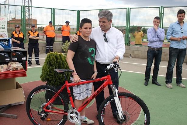 El teniente de Alcalde , José Miguel Hernando, entrega su premio al ganador del concurso