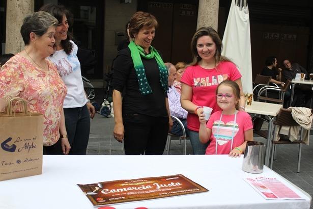 Voluntarias de Cáritas en el puesto de sensibilización instalado en la Plaza del Torico el sábado pasado