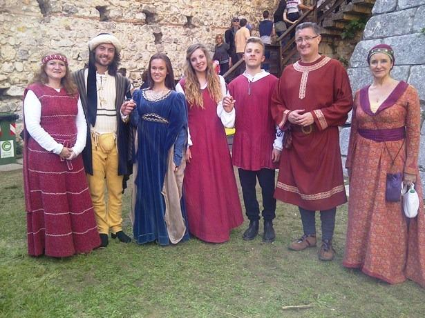 La delegación turolense con Romeo y Julieta 2013 (los de la izquierda, que llevan los trajes más trabajados) y con Romeo y Julieta 2014 (con trajes más sencillos porque todos loc candidatos iban vestidos igual para las pruebas). Está tomada en el castillo de Romeo, que es donde se celebran las pruebas.