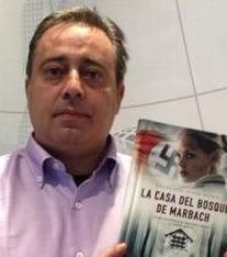 En la imagen, Francisco Javier Aspas, uno de los autores que estarán mañana en la Plaza del Torico