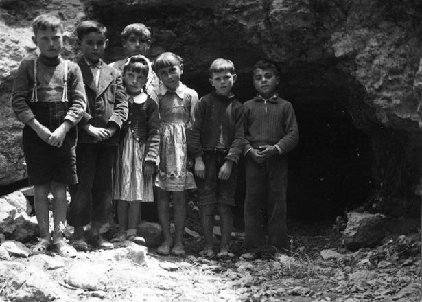 Niños junto a la cueva de San José, de Jorcas, donde presuntamente se les apareció la Virgen en 1958.