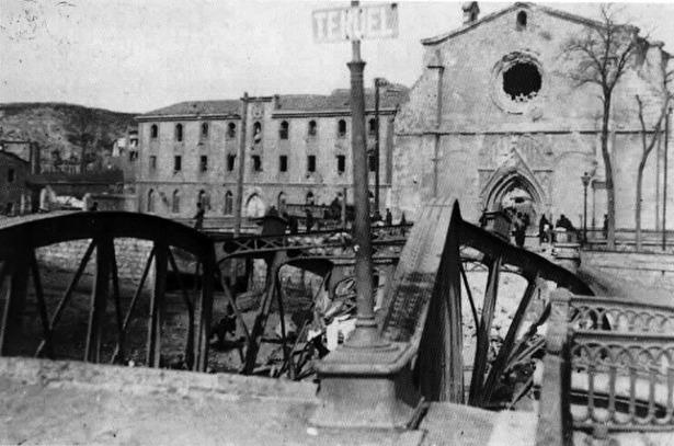 """Destruido durante la guerra civil, los últimos restos del """"Puente de hierro"""" no fueron retirados hasta 1958."""