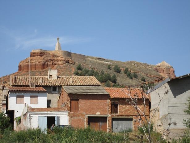 La figura del Cristo que domina el casco urbano de Alfambra cumple 58 años.
