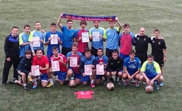 """La plantilla del CD Teruel , durante el entrenamiento de ayer .habían confeccionado un mosaico con la leyenda """"Si se puede"""""""