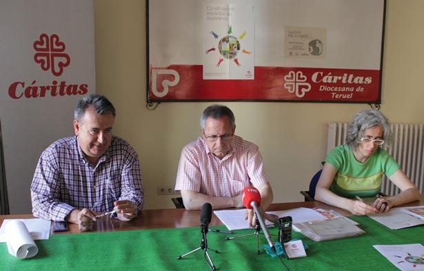 De izquierda a derecha de sus pantallas,Jesús Sanchez, Director de Burearte, Juan Marco de Cáritas y Maribel Blasco, de Cáritas
