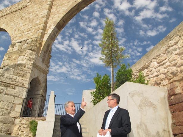 En la imagen, el alcalde, Manuel Blasco, y el concejal de Parques y Jardines, Julio Moreno, junto a una de las jardineras.