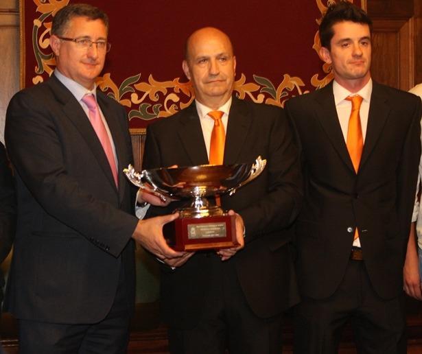 Ala derecha de la imagen, Cesc Llenas,durante la ultima recepecion en el Ayuntamiento , tras ganar la Superliga