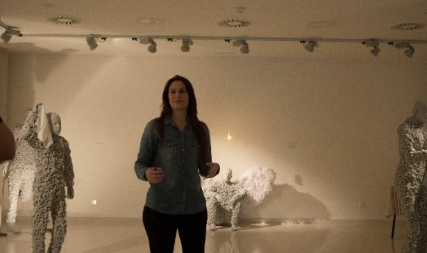 La artista , Laura Delgado, entre sus obras
