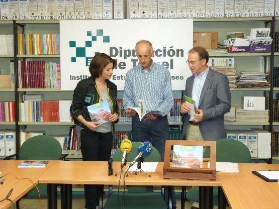 En la imagen aparece de izquierda a derecha, el director del IET, Juan Félix Royo, la diputada delegada del IET, Emma Buj, y Gonzalo Mateo Sanz, profesor de Botánica de la Universidad de Valencia y autor de la cartilla turolense