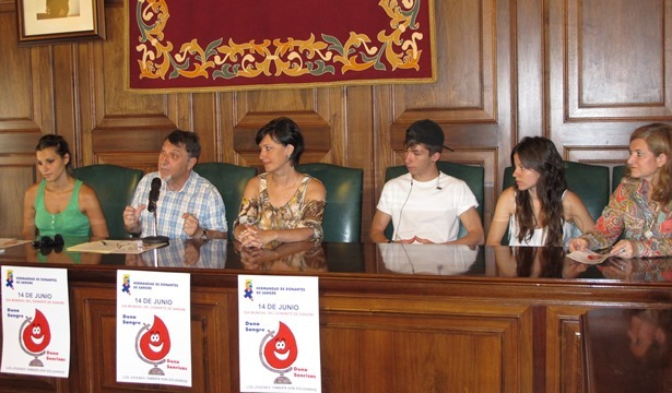 En la imagen junto al presidente de la Hermandad de Teruel, la secretaria de la entidad, dos concejales del Ayuntamiento y representantes de los grupos que van a actuar