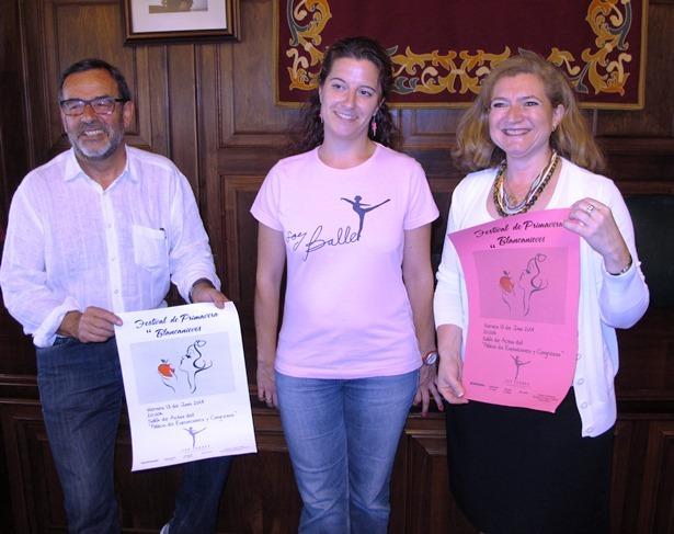 En la foto, con el concejal de Cultura, Paco Martín, la directora del espectáculo, Patricia Caro, y la teniente alcalde Mª Carmen Muñoz