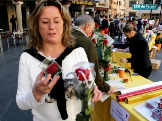 Maribel Marco, de Flores La Valenciana, con dos rosas eternas en sus manos