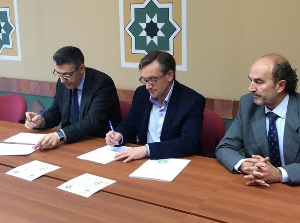 El director provincial en Teruel de Ibercaja, Bienvenido Sesé, y el presidente de la Comarca Comunidad de Teruel, Joaquín Juste