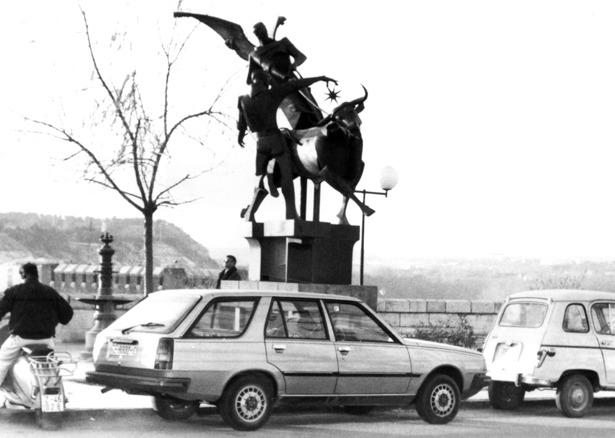 La maqueta del monumento a la Vaquilla –en la foto de Fidel Cantín en su emplazamiento anterior del Óvalo- fue presentada hace 32 años.