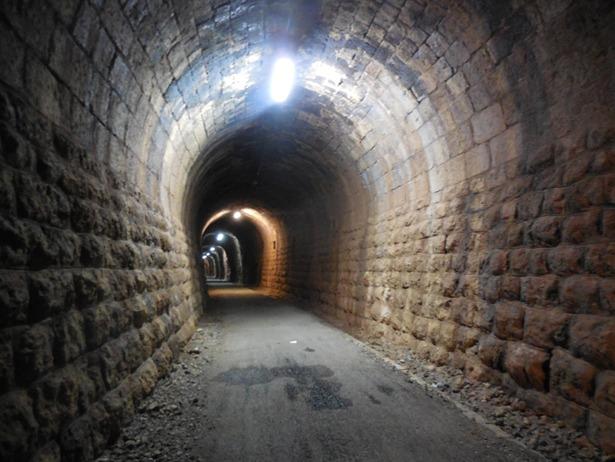 Sierra Menera obtuvo hace 111 años la concesión del ferrocarril Ojos Negros-Sagunto. Imagen de uno de los túneles en la actualidad, tras su acondicionamiento como Vía Verde.