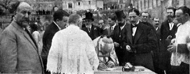 Hace 101 años salieron a subasta las obras del Hospital Provincial, que se iniciaron al año siguiente; en el foto, el obispo firma el acta de colocación de la primera piedra; el hombre que hay detrás es probablemente el filántropo que sufragó las obras, Bartolomé Esteban.
