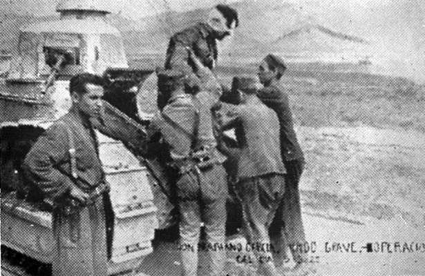 García Esteban fue homenajeado hace 75 años en su pueblo, Báguena, tras recibir la Laureada. En la foto, al ser evacuado gravemente herido de su tanque en la guerra de África.