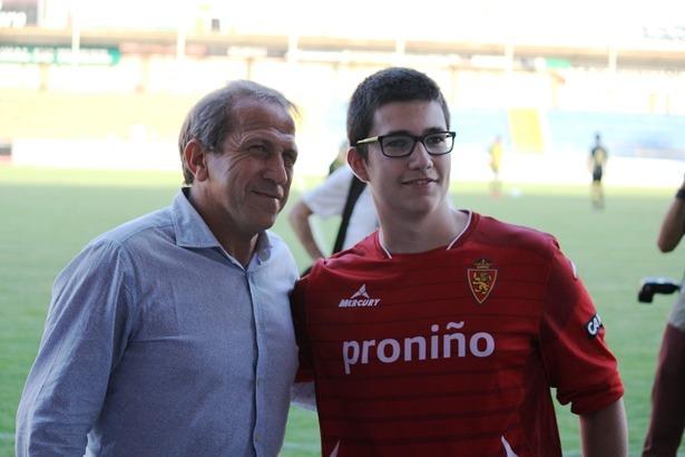 Victor Muñoz, entrenador del Zaragoza, se fotografia junto a un aficionado