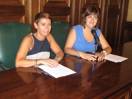 La teniente de Alcalde Rocio Feliz de vargas , a la izquierda  y la concejal Sara Hernández, esta mañana en la presentación de las actividades