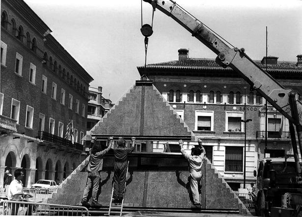 """La famosa y polémica """"pirámide"""" de la plaza de San Juan, desaparecida en la última remodelación, fue colocada un día como hoy (foto: Fidel Cantín/Diario de Teruel)"""