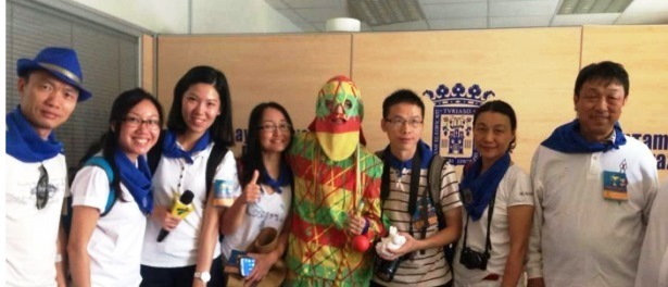 En la imagen, los periodistas chinos con el Cipotegato en las fiestas de Tarazona