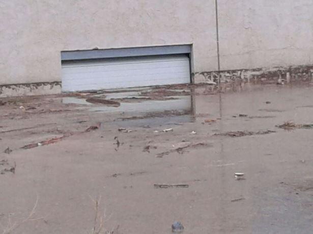 El agua casi cubrió por completo e lgaraje de un  bloque de viviendas