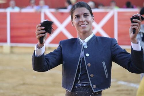 La rejoneadora Lea Vicens pasea las dos orejas que consiguió ayer en Cella