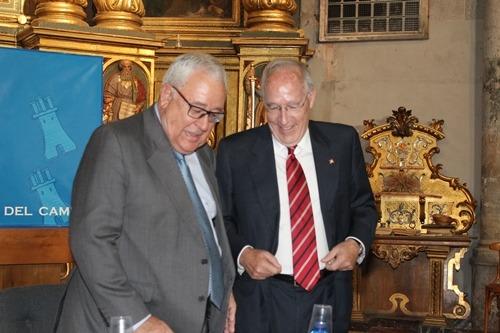 Pizarro, a la derecha de la imagen, departe con Jose Angel Biel en Santa Eulalia , hace unos días
