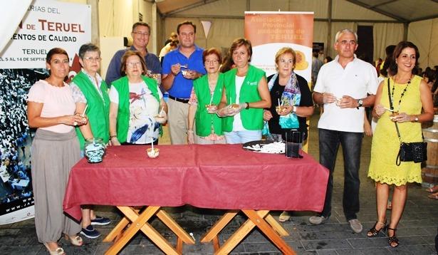 Al finalizar el reparto , las voluntarias de la AECC se hicieron una foto de familia con las autoridades que les ayudaron