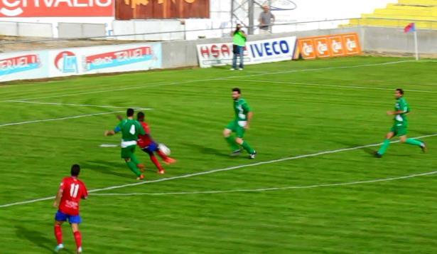 Momento del remate de Samba para conseguir el segundo gol del CD Teruel esta tarde