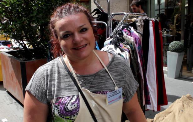 En la imagen, Tere Navarro, de Pasarela 44, esta mañana , en la Calle San Juan