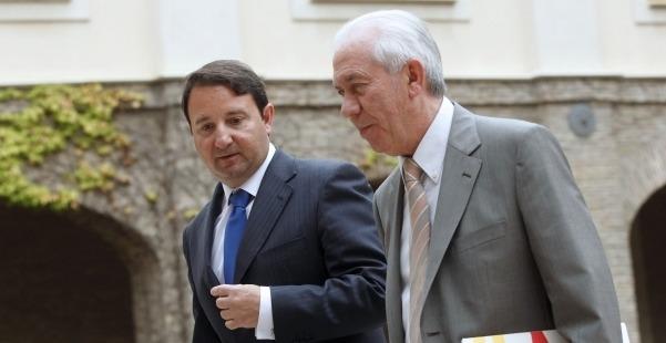 El consejero de Economía y Empleo del Gobierno de Aragón, Francisco Bono, y el Director General de Economía, José María García,