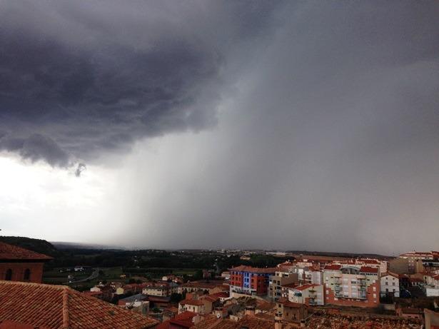 En la espectacular foto de nuestra compañera Amparo Hernández, podemos ver la tormenta que se acercaba a Teruel, momentos antes de empezar a descargar ayer por la tarde